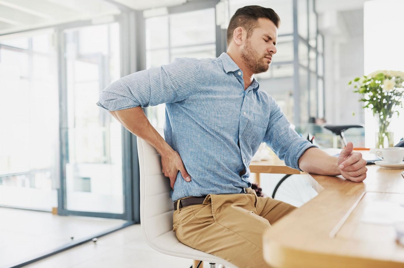 5 posturas erradas comuns no dia a dia e que podem prejudicar a sua coluna